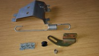 Das Halteblech für den Bremskraftregler mit Feder und Anbauteilen