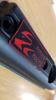 Ventildeckel Polo Hydrostößelmotor mit unserem Logo in den Farben Blau, Rot und Gelb Röttele Racing