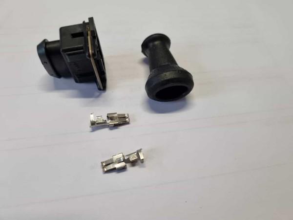Stecker mit Tülle und Pins für die Kraftstoffpumpe Polo G40 neben dem Tank
